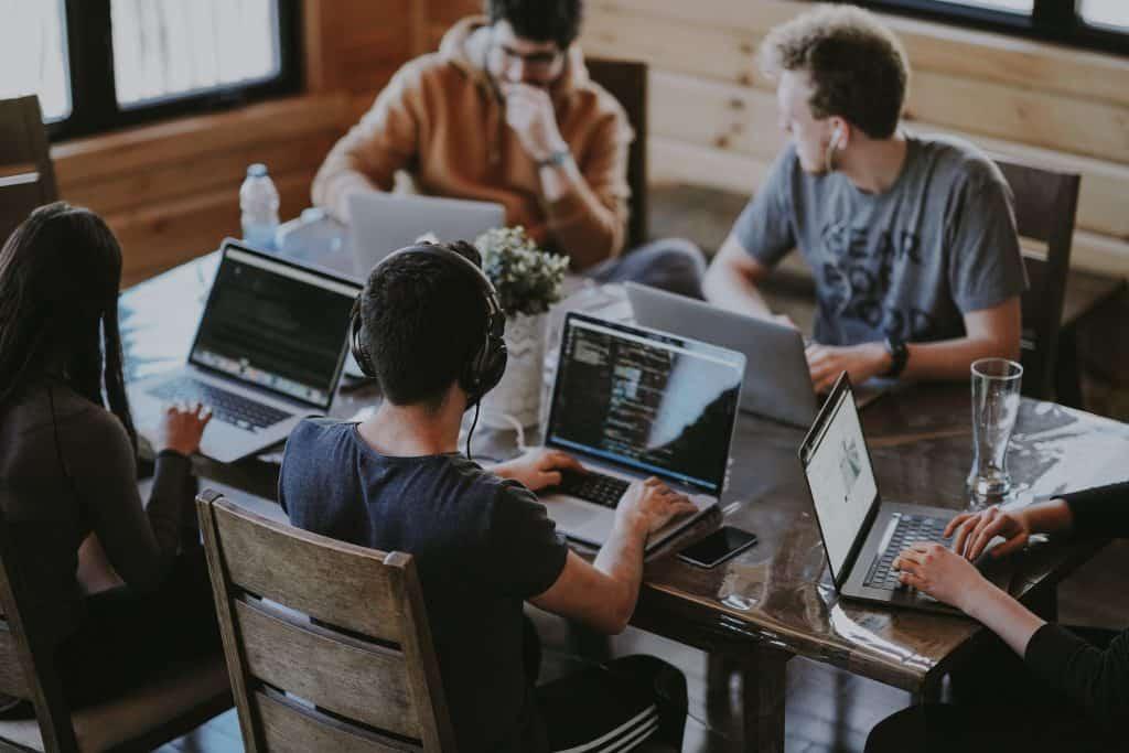 Vijf studenten aan een tafel met laptops, en waarschijnlijk in 2019 met een studieschuld, meldt het CBS