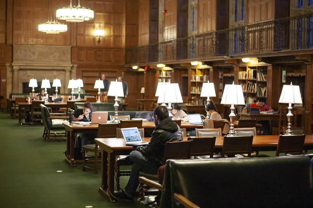 Studenten studeren in de Sterling Memorial Library van Yale University