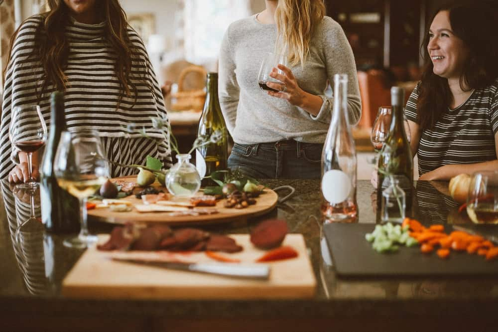 Vrouwen eten en drinken in een restaurant, oftewel een van de fouten die ik maakte bij het aflossen van mijn studieschuld