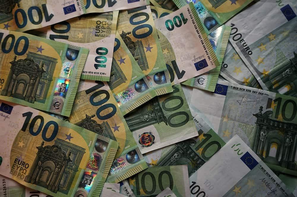 Bankbiljetten van honderd en van tien euro, maar: hoeveel geld je ook in één keer kunt aflossen, korting krijg je niet