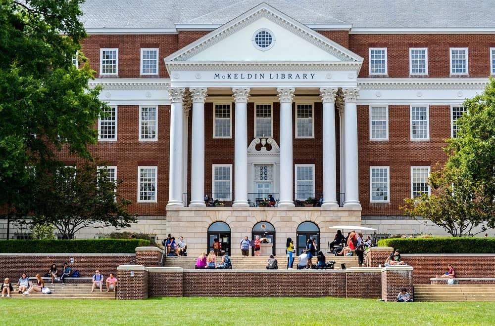 De McKeldin Library op de campus van de University of Maryland bij Washington, D.C. Is het slim om te studeren in het buitenland als je een studieschuld hebt?