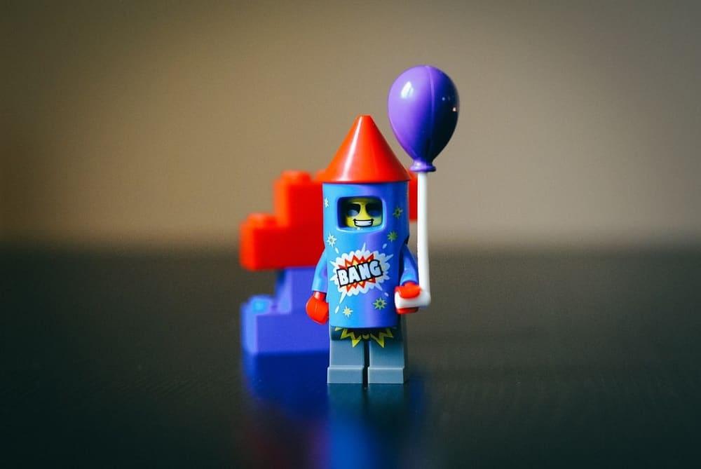 Een LEGO-figuurtje dat in zijn uppie feest viert: alleen thuis zijn is heerlijk als je een introvert bent