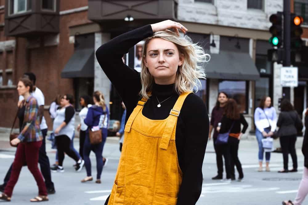 Een jonge vrouw kijkt peinzend om zich heen, ze is vast aan het twijfelen over YNAB