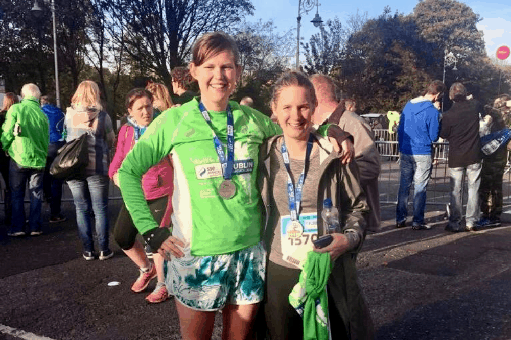Vriendin M. en ik na het voltooien van de marathon van Dublin, we dragen nog hardloopkleding en we dragen allebei een medaille, het was een helse en mooie tocht die me tien lessen leerde die ik goed kan gebruiken bij het aflossen van mijn studieschuld