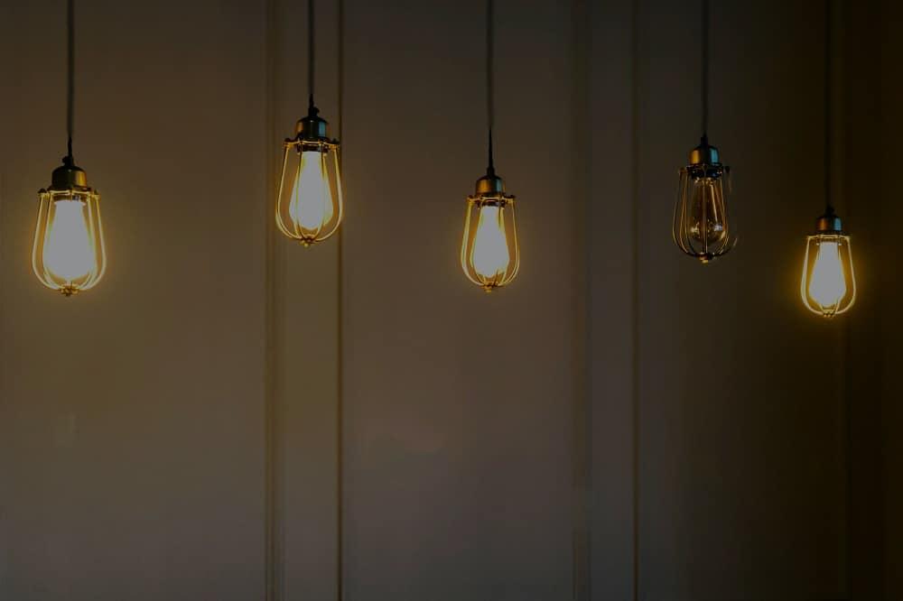 Vijf lampen op een rij, waarvan er vier branden (overstappen van energieleverancier kan heel snel)