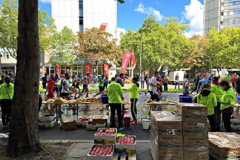 Deelnemers aan de marathon van Berlijn in 2015 bij kilometer 34, waar appels en bananen worden uitgedeeld