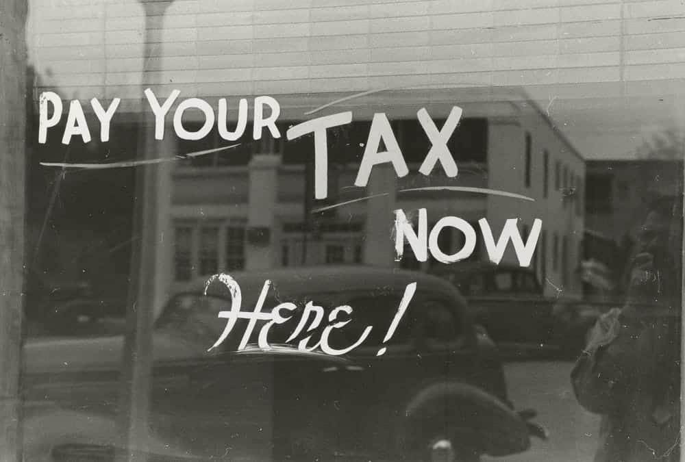 Een oproep op een raam om belasting te betalen in Harlingen in de Amerikaanse staat Texas (ik overwoog belastingontduiking maar ontdekte dat zelfs belasting betalen leuker is dan je denkt)