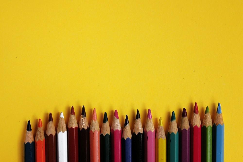 Gekleurde potloden (symbolisch voor deze tip om geld te besparen en toch iets leuks te kopen: hou het klein, koop slechts één potlood tegelijk)