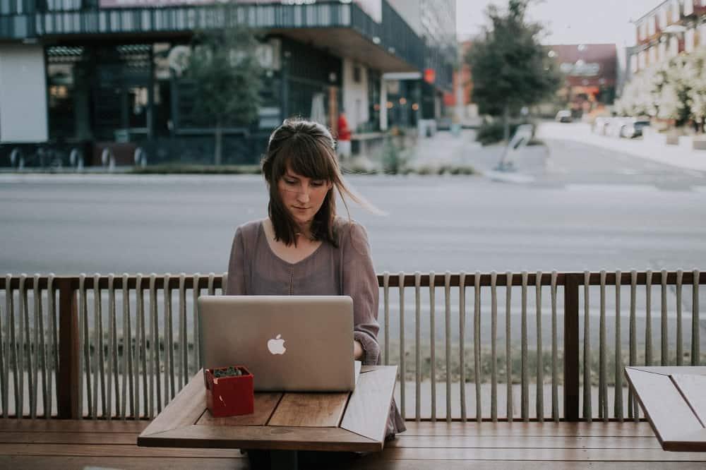 Een vrouw zit achter een laptop, wellicht is ze haar BKR aan het opvragen.