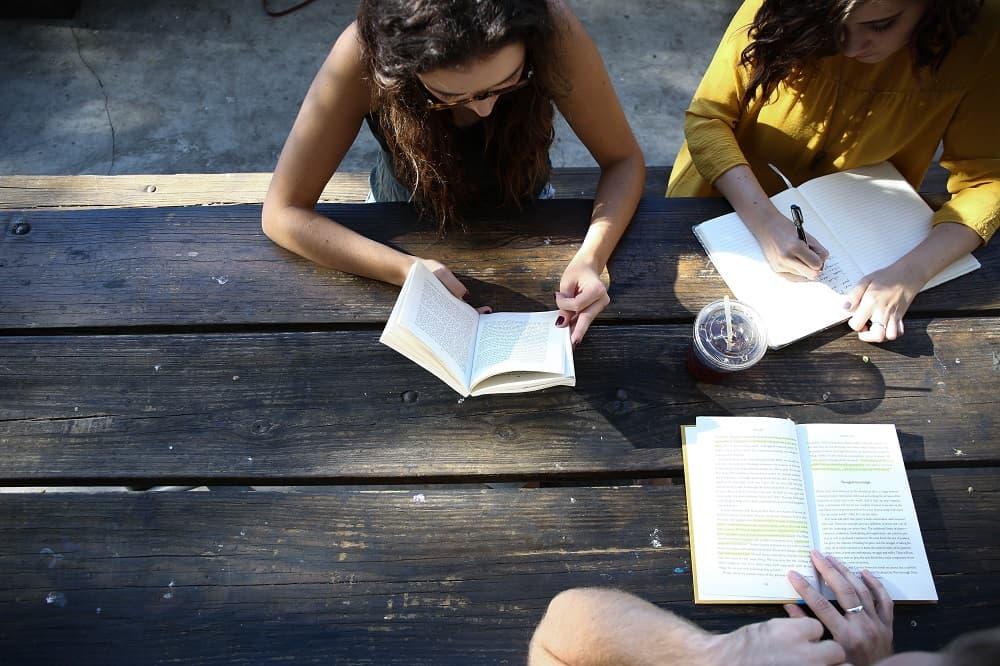 Drie jongen zitten buiten te studeren (studenten lenen steeds meer geldt, meldt het CBS)