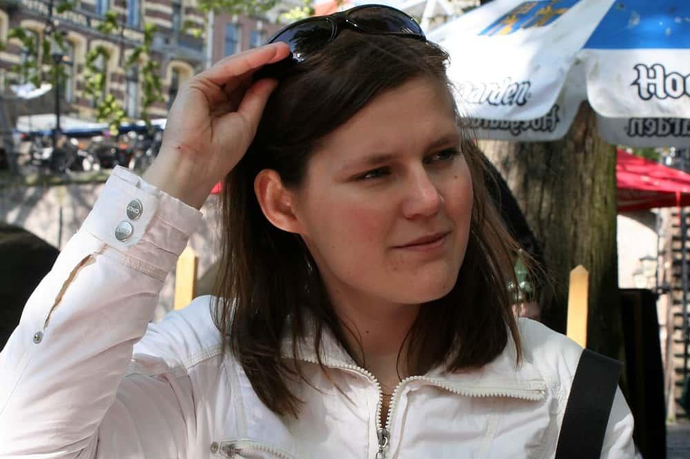 Maaike Wind als twintiger, met een zonnebril op haar hoofd, lang voordat ze haar studieschuld helemaal heeft afgelost.