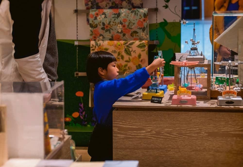 Een klein jochie bekijk speelgoed in een speelgoedwinkel, wie weet checkt hij wat hij van zijn zakgeld gaat kopen