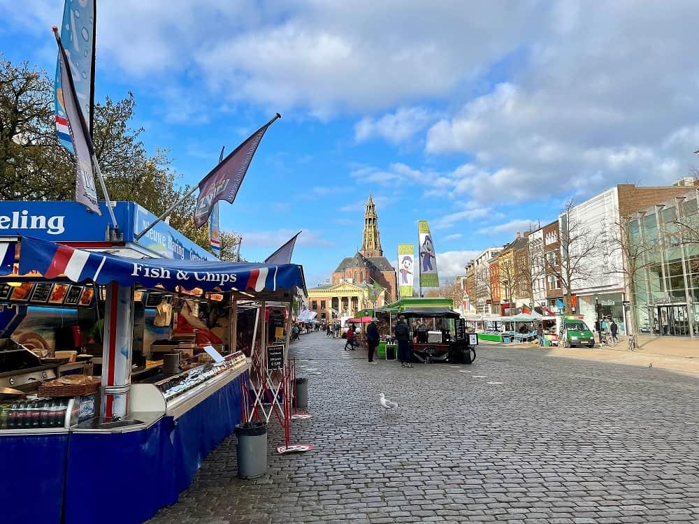 Een viskraam op de Vismarkt in Groningen, de markt waar ik tegenwoordig geregeld naar toe ga om geld te besparen op mijn boodschappen
