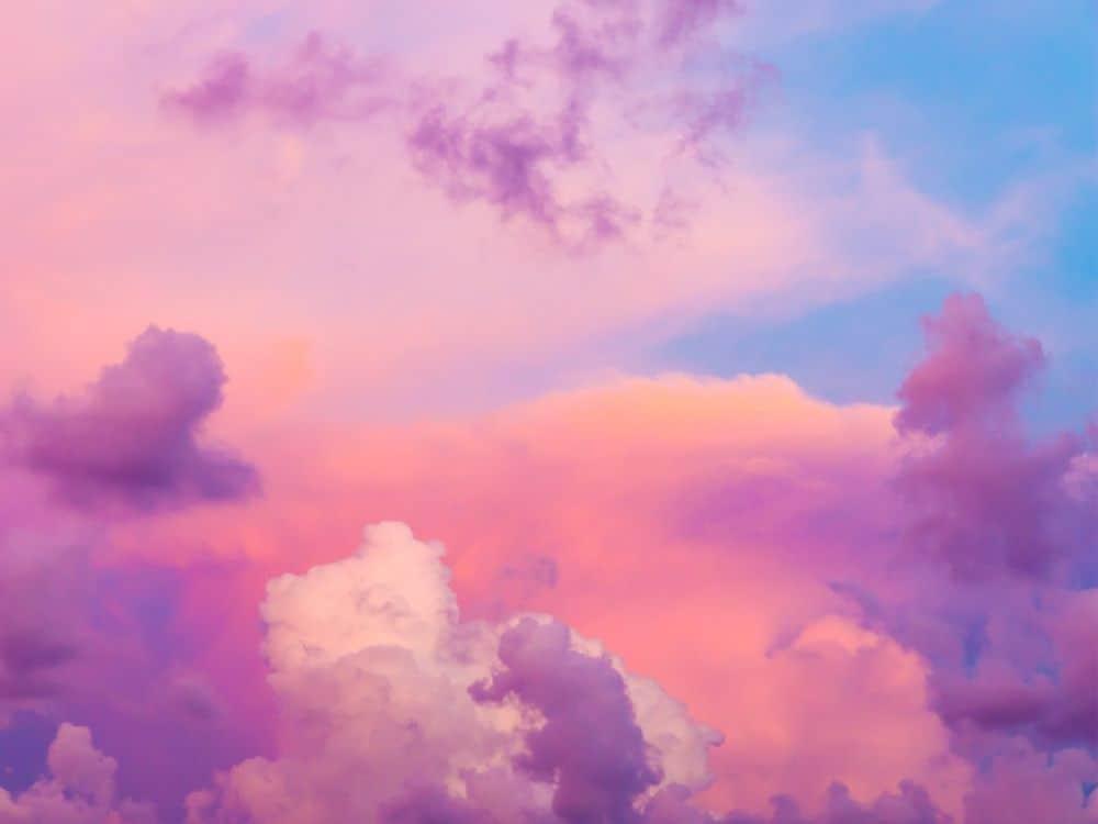 Paarse en roze wolken met daarachter een knalblauwe lucht (wil je meer tijd om naar de wolken te kijken, vergeet dan heel je to-do-lijst en zet een piepklein stapje)